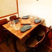 とても人気の高いテーブル席となっております!お席のご予約はお早めにお願い致します♪少人数での宴会、女子会、合コンなどにもバッチリなお席ですので一度ご利用になってみてください!【テーブル席】3名様~4名様までの宴会などはこちらのお席が最適です!みんなで楽しく盛り上がれるお席となっております♪