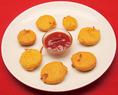 【エッグパコダ】野菜(タマネギ、ジャガイモ、なす、カリフラワーなど)をスライスしたものにチャナ豆をひいた粉を付けて揚げた日本の天ぷらのようなものです。生姜やガラムマサラ・アジョワンシード・カイエンヌペッパーなどでよく下味をつけます。