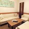 【お仕事の打ち合わせ】防音の静かな個室は意外にもお仕事の打ち合わせや、会議にも最適なんです!!そんなときは応接室ルームがピッタリ!\(^o^)/白を基調とした清潔感のあるお部屋で快適にお過ごしいただけます。席もふかふかソファで嬉しい♪