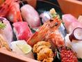 豪華なネタを盛り合わせた当店自慢の握り鮨。目利きされた旬魚や豪華食材は見た目も華やか。日本酒との相性も抜群です。
