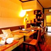 壁側はソファタイプのお席となっており、ゆったりとお寛ぎいただけます。女子会やデートなどでのご利用におすすめ。