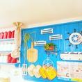 オープンキッチンとカウンターも鮮やかに彩ります。