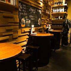 ちょっとハイテーブルな樽のお席。バールの雰囲気を味わいたいならコチラ!!