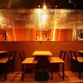 【カップルにおすすめ/2名様用テーブル席】デートや少人数での飲み会や女子会などにもぴったりの2名様用のお席です。隣り合わせの席がないので、ごゆっくりお過ごし頂けます。