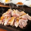 料理メニュー写真比内地鶏もも肉熱々タタキ風