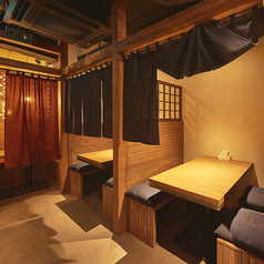 【2階・3階】4名様までご利用できる半個室風のボックス席。上部が格子になった板と暖簾で区切られた空間です。各階に2卓ずつございます。
