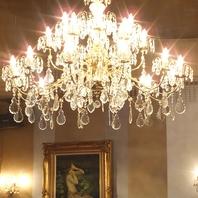 キラキラと輝くシャンデリアやアルコールランプの光