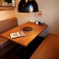 白木で落ち着いた空間のベンチソファタイプのテーブル
