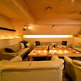 ゆったりとしたソファー席は、団体様の様々なシュチュエーションにも対応可能です。歓送迎会やコンパなどに大人気な非日常空間!