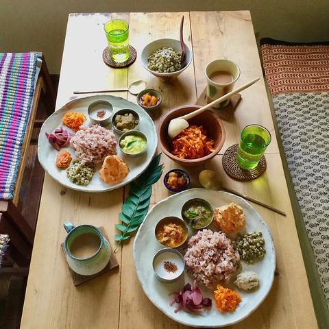 手作りの店内でオーガニック素材の料理やデザートが楽しめる、エスニックなカフェ。