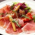 料理メニュー写真○2種の生ハムとサラミの盛り合わせ