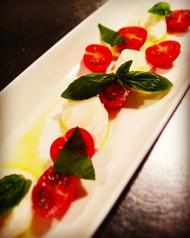 水牛モッツァレラチーズと完熟トマトのカプレーゼ