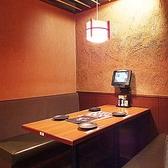 地下にある、大人の隠れ場。落ち着いた空間と安らぎを調和させた個室となっております。大切なお集まりに「三間堂」がご用命を承ります。個室のみ予約OK。お電話でご予約ください。◆TEL:050-5798-3070◆ 三間堂 新横浜富士火災ビル店〈新横浜 居酒屋 個室 和食 ランチ 飲み放題〉