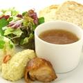 料理メニュー写真ワンプレート軽食(自家製パン/タマゴサラダ/スープ/ベーコン等+ドリンクバー