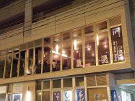 西川沿いの大きなガラス窓