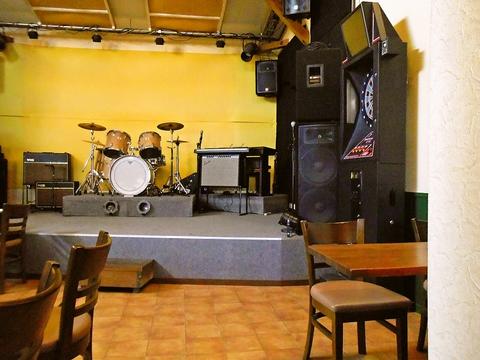 ライブを聴きながら食事やお酒を楽しめる。備え付けのステージで、仲間と生演奏も!