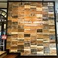 お店の目印はこの壁!入口におしゃれな看板です。