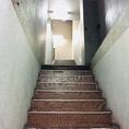 少し進むと左手に階段が…体力に自信のある人はこの階段を3階まで登ります。少し暗い階段は大人な雰囲気&隠れ家感を際立てます。[岡山/岡山市/岡山駅/マジック/マジックカフェ/タラッサマーレ/マジシャン/手品/飲み放題/サプライズ/記念日/誕生日/女子会]