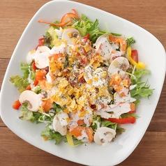 料理メニュー写真スモークサーモンとマッシュルームのシーザーサラダ