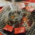 目の前で焼き上げる元祖イチボの1枚焼きすき焼き風は、希少部位のイチボを溶いた名古屋コーチン卵に絡めてすき焼き風に食べていただく逸品。同じくスタッフが焼く和牛赤身ロックは、シェフ特製ガーリックバター醤油を使用して浸け焼きにしました。