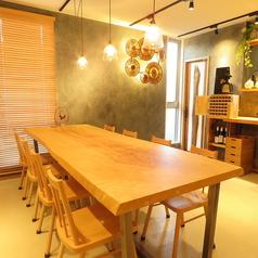 ご自由にお座りいただける大テーブル。おひとり様でもお気軽にご来店ください。こちらのテーブルは樹齢300年のトチノキをつかっております♪