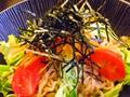 料理メニュー写真黒うどんサラダ