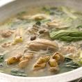 一、 新潟産天然塩の入った湯飲みに、白濁スープを2、3杯入れ 軽く混ぜてお召し上がりください。 二、 鶏もも肉、むね肉、自家製つくねを鍋に入れます。三、 野菜を火の通りにくい順に入れます。四、 火の通りやすい具材を直前にお入れください。五、 自家製ポン酢をとんすいに入れ、お召し上がりください。