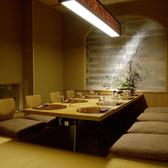 間接照明がやさしく照らすカップルシート個室は雰囲気が和む寛ぎの個室空間♪名古屋の喧噪を新れプライベートにしっとりとお過ごしいただける、和基調のお部屋。栄駅近辺でのデートや女子会・誕生日会などの宴会にオススメです♪