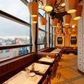 【テーブル席】明るい店内で、楽しくお食事をご堪能ください!夜になると夜景が一望いただけます♪記念日デートにもおすすめです。