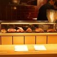 新鮮なお肉が目の前に広がるカウンター席。
