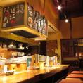 カウンターが一番です。1階カウンターでスタッフとの会話を楽しみながらの食事も大人気。