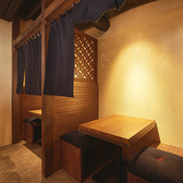 【2階】ドリンクカウンター前にある2名様でご利用できる半個室風のボックス席。上部が格子になった板と暖簾で区切られた空間です。