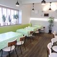 店内は緑と白を基調とした柔らかい印象になっております。お席はテーブル席のみの造りとなっておりますので、足の悪い方も安心してご来店いただけます。宴会は立食の場合、50名様までOK♪