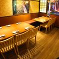 お気軽に立ち寄れる雰囲気のテーブル席。2名様~12名様まで、多種多様にご利用できます。