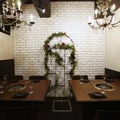 【 シャンデリア付き完全個室 】5名様~8名様用個室♪ 2つのシャンデリア×造花がとてもオシャレなお部屋!完全個室なので、周りを気にせずに楽しめます!プライベート宴会、誕生日会、飲み会などにオススメです◎
