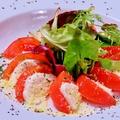 料理メニュー写真フレッシュトマトとモッツァレラのカプレーゼ