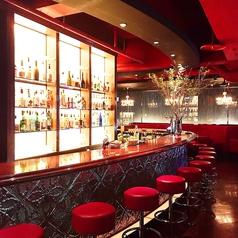 バーテンダーとの会話を楽しむことが出来るカウンター席。豊富なカクテルとウイスキーでーデートはもちろん、お1人様でも楽しむことが出来ます!