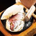 めだたい宴席に、趣向をこらしたお祝い料理として「鯛の塩釜焼き」はいかがでしょうか?卵白と天然塩で釜をつくり、丁寧に焼き上げた逸品は鯛の香りと味が口いっぱいに広がる極上の味に仕上げっています。◇錦糸町 宴会 歓送迎会 女子会 接待 貸切◇