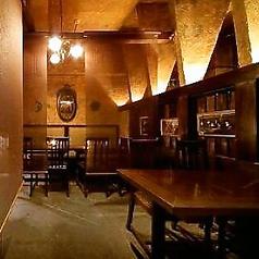 4名様掛けのテーブル席。席をつなげてパーティスペースにも。2~8名様で仕切り個室にもなります。