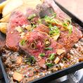 【九州自慢×馬ハラミのガーリックステーキ】 旨味たっぷりの馬ハラミは噛めば噛むほど肉の旨味が口いっぱいに広がります。ジューシーな味わいをお楽しみください。