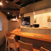 【1Fカウンター席】入り口入ってすぐのカウンター席はおひとり様でもお気軽に食事を楽しんでいただけるアットホームな雰囲気。
