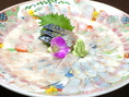 豊漁コースの一例!お皿の絵柄が見えるほどの薄さのてっさ。
