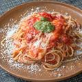料理メニュー写真完熟トマトとモッツァレラチーズのトマトソース バジル風味