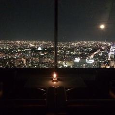 全席から名古屋の夜景を一望できる『THE ONE AND ONLY』。名古屋駅徒歩5分なので待ち合わせにも便利です。宴会は着席時最大50名様迄、立食時100名様迄可能。貸切のご予約も60名様~承っておりますのでお気軽にお問い合わせください。