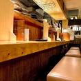 温かい照明が灯るカウンター席。目の前には信楽焼きのお皿や種類豊富なお酒を並べており、テーブル席とは違った楽しみ方ができます。