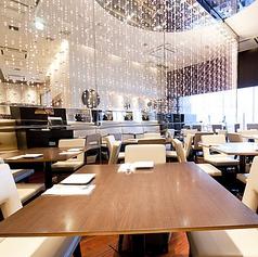明るく開放感のある空間でお食事をお楽しみください