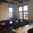シャンデリアの元、落ち着いてお食事できる空間です。貸切は20~26名様で可能です。※喫煙席
