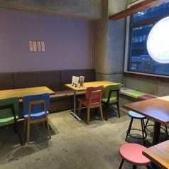 テーブル席は全部で10卓ご用意しています。各テーブルでご利用も頂けますがテーブル同士をくっつけて団体様も対応できます