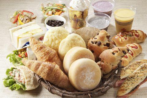 種類の豊富なパンやジュースはお持ち帰りも、その場で食べる事もできますよ!