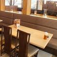小さなお子様にも安心。背もたれのあるテーブル席。こちらは2~4名様のご家族来店にもピッタリのお席となっております。※写真はイメージです。
